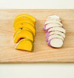 1. 고구마와 단호박은 씻어 껍질째 도톰하게 썬다.