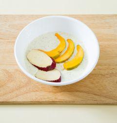 2. 튀김가루에 물 3/4컵을 섞어 걸쭉하게 튀김 반죽을 만들어 고구마, 단호박에 튀김옷을 입힌다.