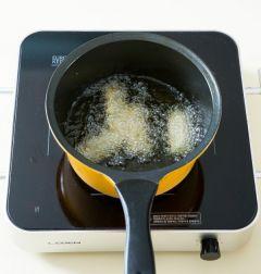 3. 170℃의 튀김기름에 고구마, 단호박, 김말이를 넣어 노릇노릇하게 튀긴다. (Tip 튀김기름에 반죽을 약간 떨어 뜨려 반죽이 가라앉았다가 바로 떠오르면 적당한 온도다. 튀김 기름의 양이 적을때에는 튀김을 한꺼번에 많이 튀기지 않고 조금씩 튀겨야 바삭하게 튀겨진다.)