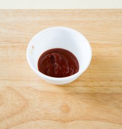 4. 분량의 초고추장 재료를 섞고 풋고추는 송송 썰어 간장과 섞는다. 접시에 튀김과 상추를 먹기 좋은 크기로 썰어 담고 초고추장과 고추간장을 곁들인다. (Tip 상추쌈에 튀김을 얹고 초고추장이나 고추간장에 찍어 먹는다.)
