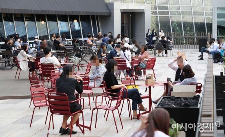 신종 코로나바이러스감염증(코로나19) 확산으로 사회적 거리두기 2.5단계가 시행 중인 서울 시내 한 야외 카페에서 시민들이 휴식을 취하고 있다. /문호남 기자 munonam@
