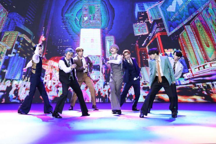 지난 2일 방탄소년단이 MTV '비디오 뮤직 어워드'에서 '다이너마이트'를 공연하고 있다. [이미지출처=연합뉴스]