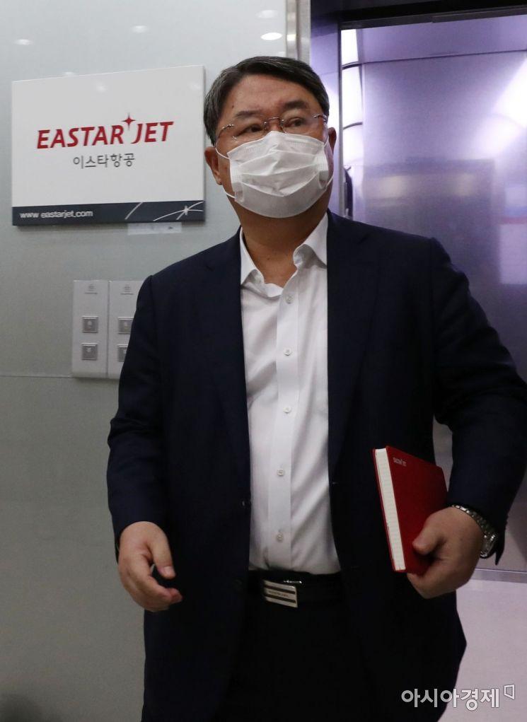 최종구 이스타항공 대표가 9일 서울 강서구 이스타항공 본사에서 열린 임시 주주총회에 입장하고 있다./김현민 기자 kimhyun81@