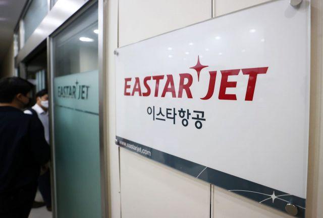 이스타항공이 임직원 605명에게 정리해고를 통보해 항공업계 대량 실업 사태에 대한 우려가 커지는 가운데 9일 서울 강서구 이스타항공 본사에서 열린 임시주주총회에 관계자들이 입장하고 있다./김현민 기자 kimhyun81@