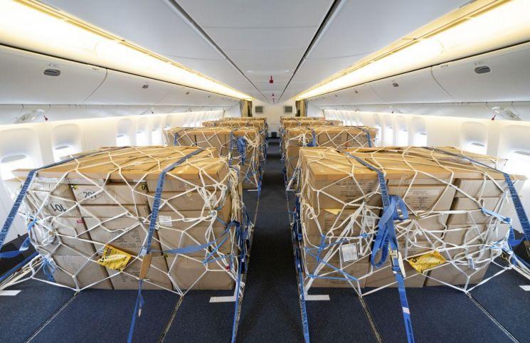 대한항공이 지난달 8일 화물 수송을 위해 개조 작업을 완료한 보잉777-300ER 기종을 처음으로 화물 노선에 투입한 모습.(이미지 출처=연합뉴스)