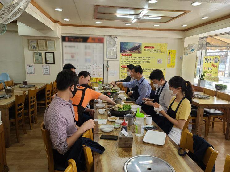 이승로 성북구청장이 전통시장에서 직원들과 점심식사를 하고 있다.