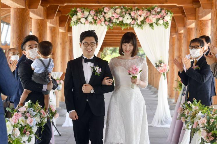 '청년의 결혼을 돕는 경북도' … 도청에서 '낭만결혼식' 1호 탄생
