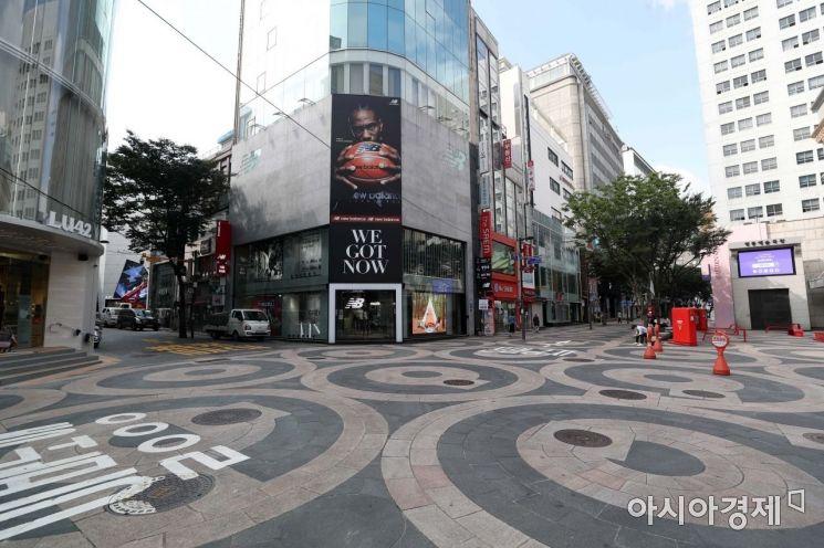 수도권의 사회적 거리두기가 2.5단계에서 2단계로 하향 조정된 14일 서울 명동 거리가 썰렁하다. /문호남 기자 munonam@