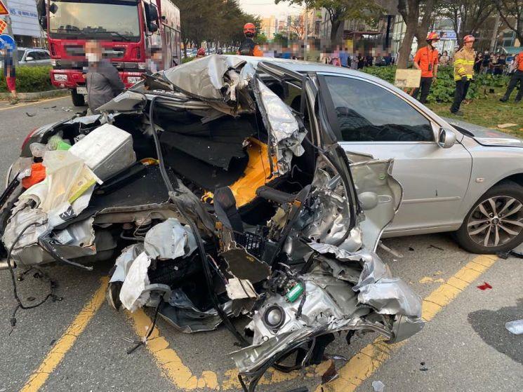 지난 14일 오후 부산 해운대의 한 교차로에서 대마를 흡입한 포르쉐 운전자가 광란이 질주를 벌여 차량 7대를 연쇄 추돌했다. 이보다 앞서 차량 2대를 들이받고 도주하다 사고를 낸 것으로 밝혀졌다. [이미지출처=부산경찰]