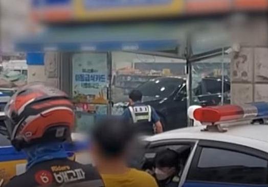 지난 15일 차량을 운전해 편의점으로 돌진하는 등 난동을 부린 운전자가 경찰에 체포됐다. [이미지출처=연합뉴스]