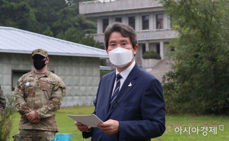 이인영 통일부장관이 지난 9월 판문점을 방문해 인터뷰를 하고있다./사진공동취재단