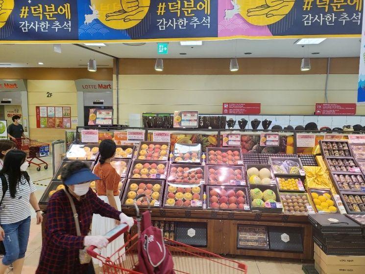 서울의 한 롯데마트에서 고객이 추석 선물세트를 살펴보고 있다. (사진=롯데마트 제공)