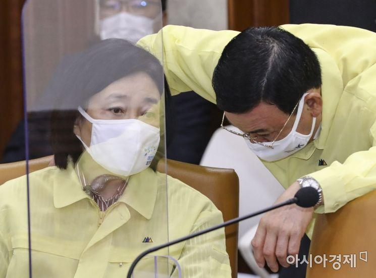 [포토]의견 나누는 박영선 장관-박주봉 중소기업옴부즈만