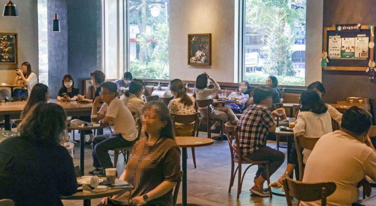 사회적 거리두기 2단계가 시행 중인 지난 15일 서울 광화문 인근 한 카페에서 시민들이 시간을 보내고 있다. [이미지출처=연합뉴스]