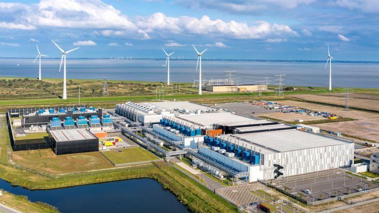 구글 네덜란드 엠스하벤(Eemshaven) 데이터 센터 근처에 설치된 풍력 터빈 모습.(이미지 출처=구글)