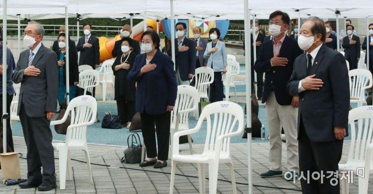 [포토]국민의례하는 김영관 회장 및 참석자들