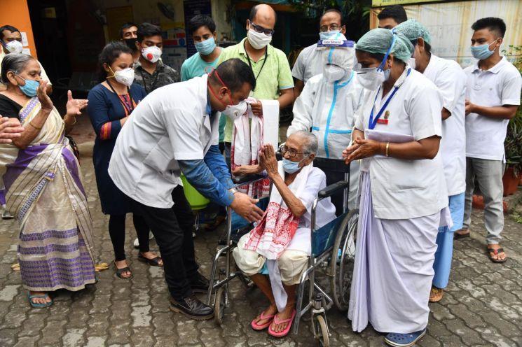 인도에서 코로나19에 감염됐다 완치된 100세 여성이 의료진에게 감사하며 퇴원하고 있다. [이미지출처=EPA연합뉴스]