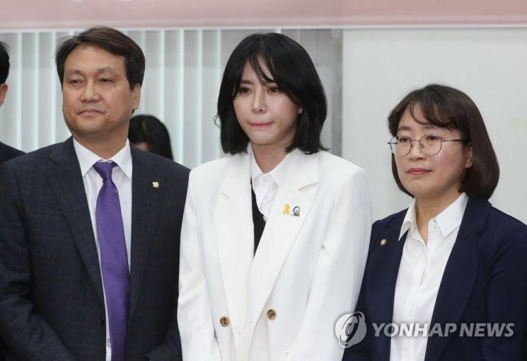 지난해 국회를 방문했을 당시 안민석 더불어민주당 의원(왼쪽)과 배우 윤지오 씨(흰색 상의)./사진=연합뉴스