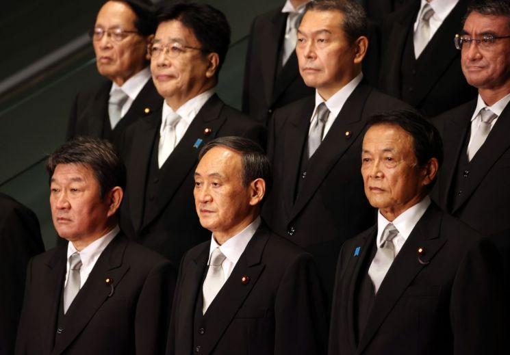 16일 스가 요시히데 일본 총리(맨앞줄 가운데)와 새 내각 각료들이 사진 촬영을 하고 있다. [이미지출처=EPA연합뉴스]