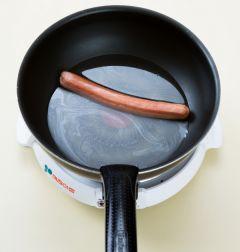 2. 소시지는 끓는 물에 30초 정도 데친다.