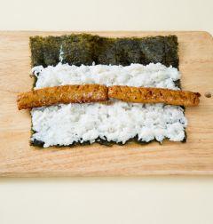 4. 김에 밥을 깔고 꼬치어묵과 소시지를 얹는다. 소시지에 케첩을 뿌려 돌돌 만다.