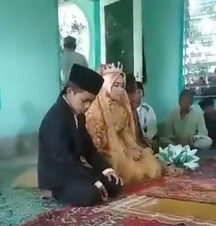 지난 12일(현지시간) 인도네시아 롬복섬 한 마을에서 결혼식을 올린 사산족 소년과 소녀. / 사진=인터넷 홈페이지 캡처