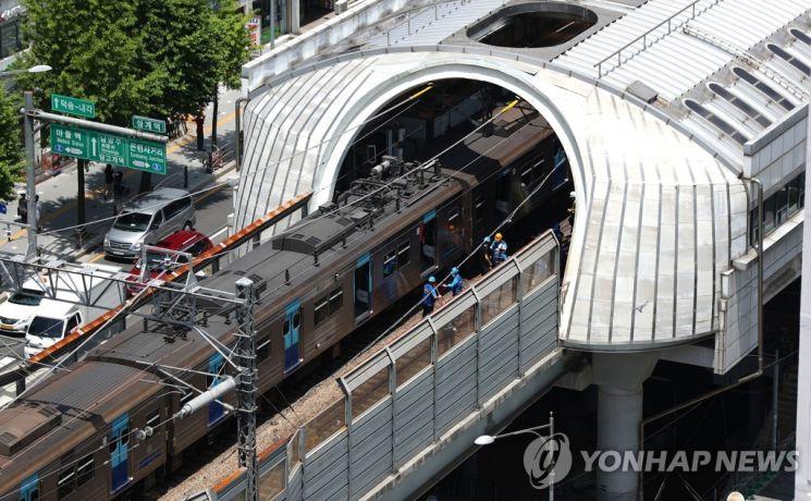 지난 6월11일 오후 서울 노원구 지하철 4호선 상계역에서 전동차 추돌사고가 발생한 현장에서 관계자들이 사고를 수습하고 있다./사진=연합뉴스