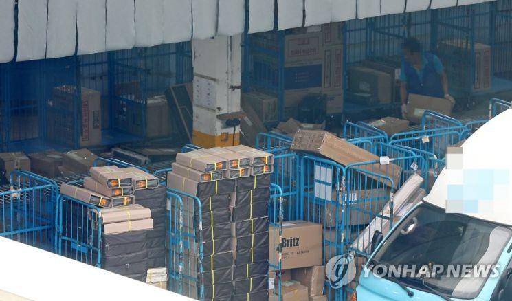 택배 노동자 과로사 대책위원회가 오는 21일 택배 분류작업 거부 돌입 의사를 밝힌 17일 오후 서울 시내의 한 택배 물류센터에서 관계자들이 물품을 분류하고 있다./사진=연합뉴스
