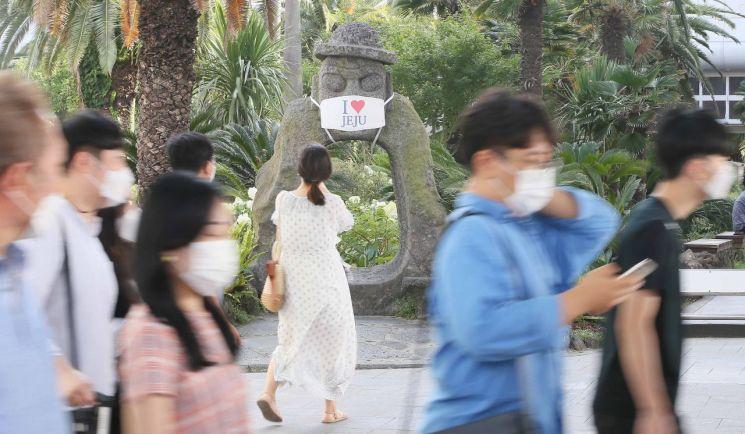 제주국제공항에 도착한 관광객들이 마스크를 쓰고 주차장으로 향하고 있다. 사진은 기사와 직접적인 연관 없음 [이미지출처=연합뉴스]
