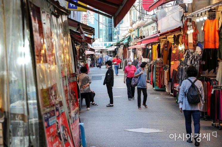 신종 코로나바이러스감염증(코로나19) 재확산으로 서울 중구 남대문시장이 한산한 모습을 보이고 있다./강진형 기자aymsdream@