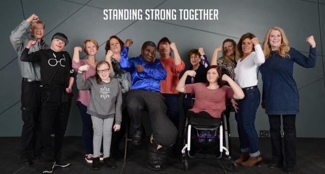 '용기 있는 얼굴' 단체 사진. 왼쪽에서 두번째가 존.