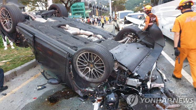 지난 14일 오후 5시43분께 부산 해운대구 중동역 인근 교차로에서 7중 추돌 사고가 나 운전자 등 7명이 다쳤다. / 사진=연합뉴스