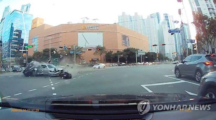 지난 14일 오후 5시43분께 7중 추돌 사고가 벌어진 부산 해운대구 중동역 인근 교차로 모습. / 사진=연합뉴스