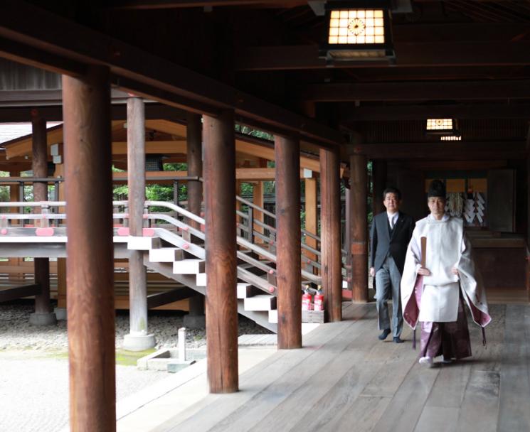 아베 신조 전 일본 총리가 19일 오전 야스쿠니신사를 참배하고 있다. 아베 전 총리 트위터 캡처
