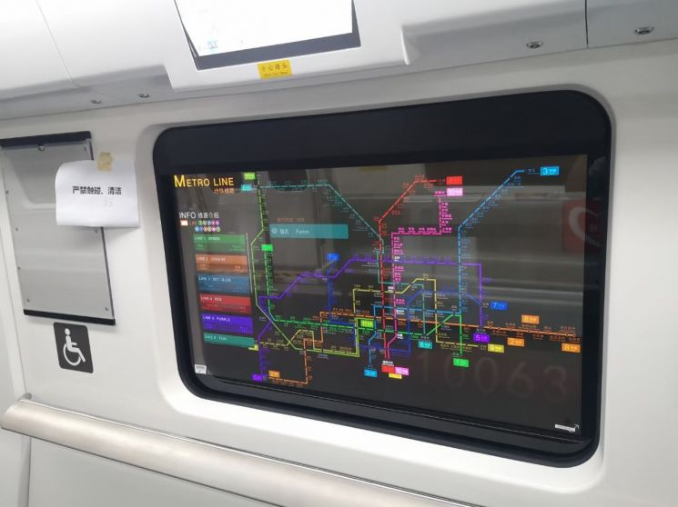 LG디스플레이가 최근 중국 베이징과 선전 지하철에 공급한 윈도용 투명 유기발광다이오드(OLED) 디스플레이 [이미지출처=연합뉴스]