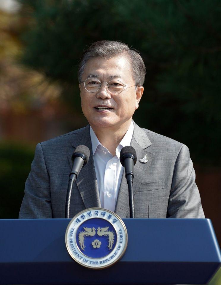 문재인 대통령이 19일 오전 청와대 녹지원에서 열린 제1회 청년의날 기념식에서 기념사를 하고 있다. <사진=연합뉴스>