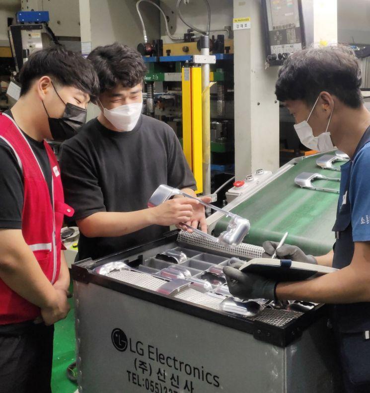 LG전자가 협력사의 제조경쟁력을 강화하기 위해 스마트 팩토리 구축과 디지털 전환을 지원하고 있다. 신신사 직원들이 자동화 설비에서 만든 부품을 점검하고 있다.