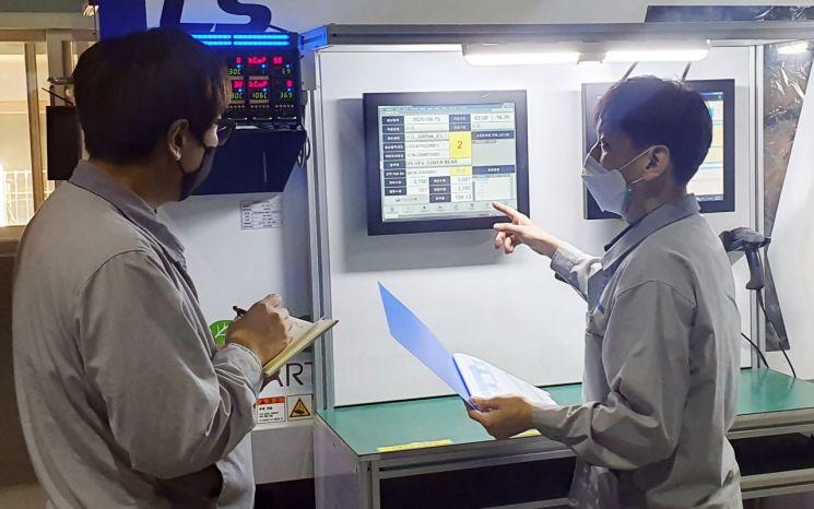 LG전자가 협력사의 제조경쟁력을 강화하기 위해 스마트 팩토리 구축과 디지털 전환을 지원하고 있다. 신성오토텍 직원들이 설비관제시스템을 점검하고 있다.