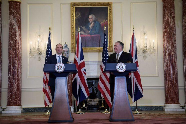 기자회견 중인 도미닉 라브 영국 외무부 장관(왼쪽)과 마이크 폼페이오 미 국무부 장관 [이미지출처=로이터연합뉴스]