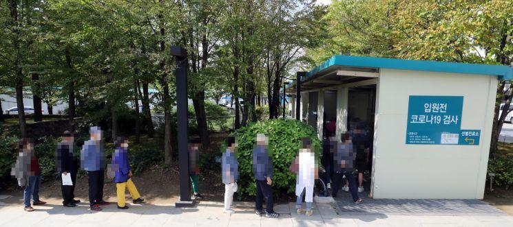 서울의 한 병원 앞에서 코로나19 검사를 위해 시민들이 대기하고 있다. [연합뉴스]