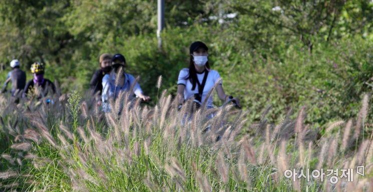 [포토] '마스크 쓰고 가을 라이딩'
