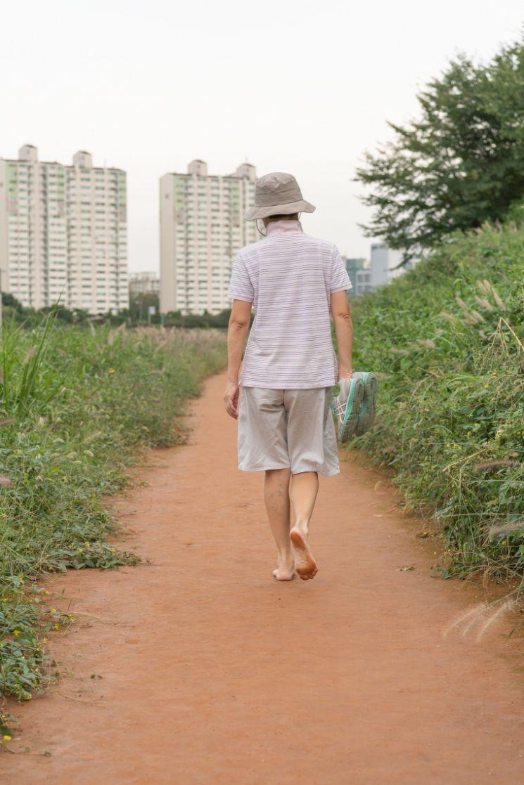 [포토]양천구, 목동교~양평교 구간 약 570m 황톳길 산책로 조성
