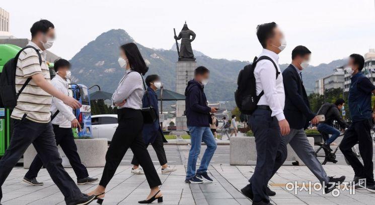 큰 일교차로 제법 쌀쌀한 아침 기온을 보인 21일 서울 광화문 거리에서 출근길 시민들이 발걸음을 재촉하고 있다. 기상청에 따르면 이날 아침 최저기온은 8~17도, 낮 최고기온은 20~26도로 전망된다. 특히 우리나라 북서쪽에서 찬 공기가 남하하면서 낮과 밤의 기온차가 클 전망이다. 일부 중부 내륙과 남부 산지에는 아침 기온이 10도 내외로 떨어지겠다./김현민 기자 kimhyun81@
