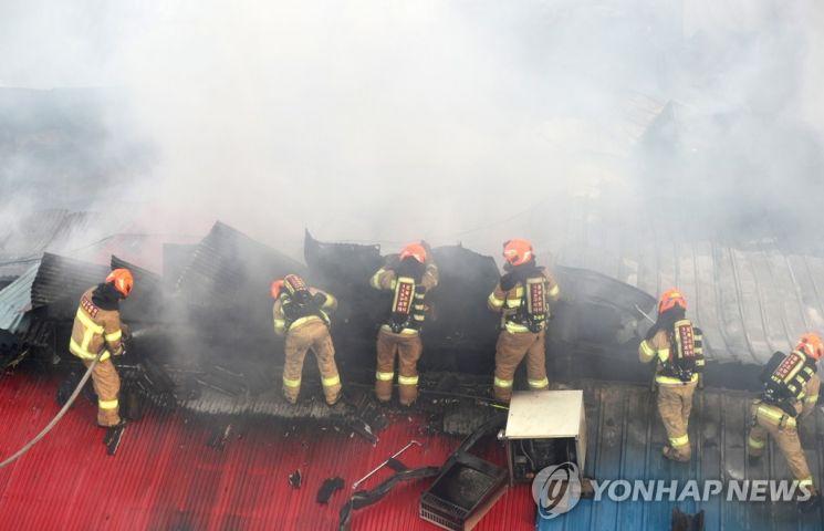 21일 서울 청량리 청과물시장에서 화재가 발생해 소방관들이 화재를 진압하고 있다. [이미지출처=연합뉴스]