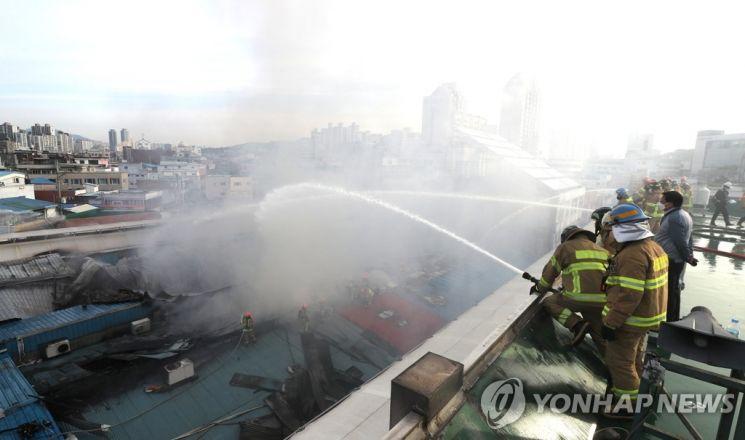 21일 서울 청량리 청과물시장에서 화재가 발생해 소방관들이 진화 작업을 하고 있다. [이미지출처=연합뉴스]