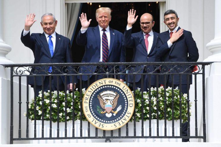 지난 15일 미국 백악관에서 열린 이스라엘과 아랍에미리트(UAE), 바레인 간의 관계정상화를 위한 합의인 '아브라함 협정' 서명식을 마친 이스라엘의 베냐민 네타냐후 총리(왼쪽부터)와 도널드 트럼프 미국 대통령, 바레인의 압둘라티프 빈 라시드 알자야니 외무장관, UAE의 셰이크 압둘라 빈 자예드 알나흐얀 외무장관이 발코니에서 손을 흔들며 기념촬영을 하고 있다. [이미지출처=연합뉴스]