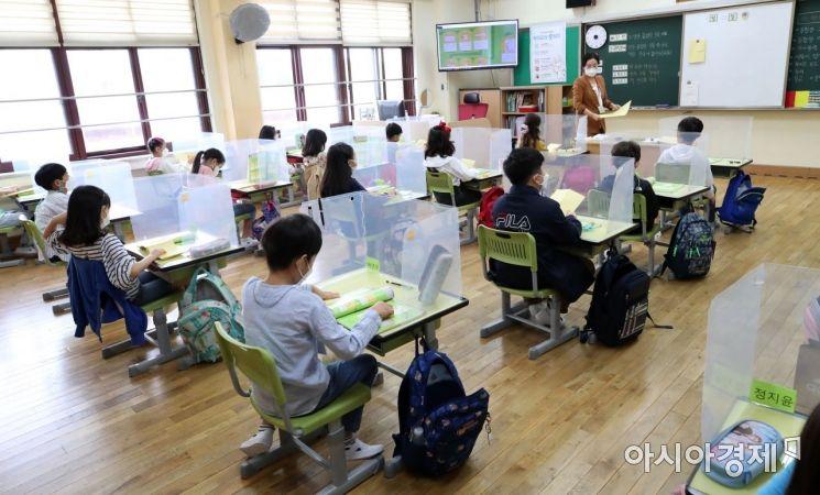 수도권 지역 유치원과 초·중·고교의 등교수업이 재개된 21일 서울 강동구 한산초등학교 2학년 학생들이 1교시 수업을 하고 있다./강진형 기자aymsdream@