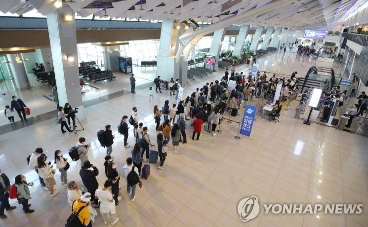 황금연휴를 앞둔 지난 4월29일 김포공항 국내선 청사가 승객들로 붐비고 있다.