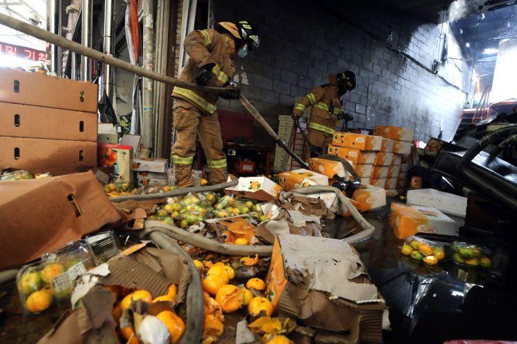 추석 대목을 앞둔 21일 화재가 발생한 서울 청량리 청과물시장에서 진화를 마친 소방관들이 내부를 점검하고 있다. [이미지출처=연합뉴스]