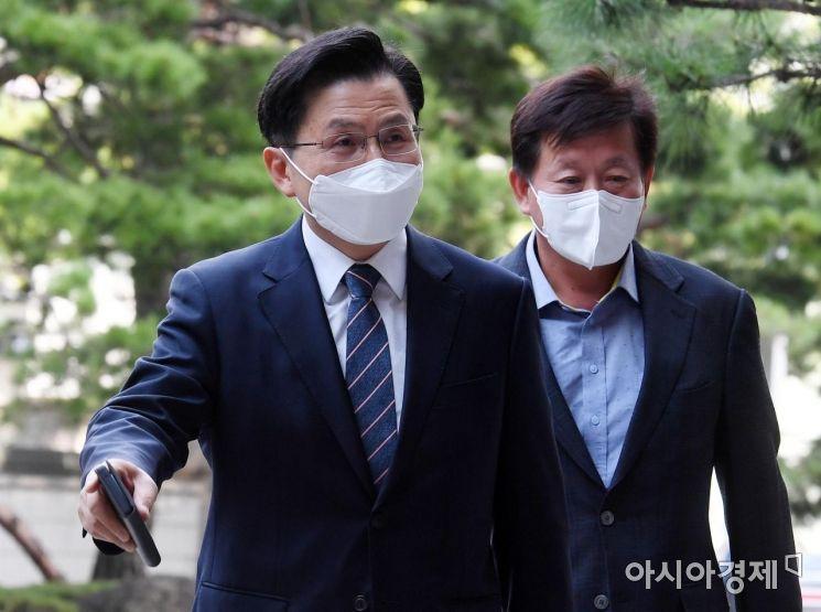 [포토] '패스트트랙' 첫 재판 출석하는 황교안